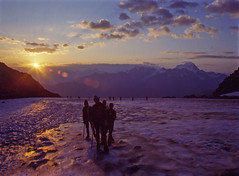 Gli alpinisti partono all'alba (giorgiorodano46) Tags: agosto1988 august 1988 giorgiorodano analogic alpinism suisseromande romandie orny trient aiguilledutour glacierdorny alba aube sunrise leverdusoleil alps alpi alpen valais vallese wallis alpes glacier ghiacciaio cordata corde alpinismo