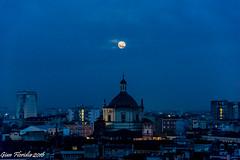 Dolce e chiara  la notte... (Gian Floridia) Tags: basilica laseradelddifesta leopardi milano slorenzo chiara cupola dolce fullmoon icanti lunapiena notte senzavento tetti