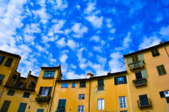 italy - market place (WODKA & CAMERAS) Tags: italy italia italien lucca house haus sky himmel wolken clouds toskana toscana travel reisen gebude huser houses windows fenster mediteran mediterane farbklima balcony balkon yellow gelb green grn blue blau weiss white