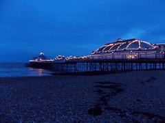 Eastbourne, United Kingdom (Shaun Smith-Milne) Tags: nuit night light dusk plage beach stones pebbles cailloux royaumeuni unitedkingdom sussex eastsussex eastbourne pier lamanche jetée englishchannel