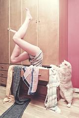 Tocar fondo (ngela Burn) Tags: me girl cat self closet legs yo bottom gato drawer fondo majo cajon tocar piernas armario gatico toffe bajona
