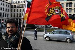 Tamilen protestieren gegen Völkermord und für eigenen Staat (tsreportage) Tags: berlin demo flag rally banner protest brandenburggate demonstration srilanka transparent independence brandenburgertor referendum mitte genocide fahne flagge kundgebung pariserplatz torchrun fackellauf eelamtamils voelkermord eelamtamilen