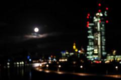 Und jetzt doch noch: Vollmond über der EZB (JohannFFM) Tags: nacht frankfurt main vollmond ezb osthafen