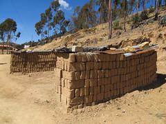 """Lac Titicaca: les briques en adobe sèchant au soleil sur l'Isla del Sol <a style=""""margin-left:10px; font-size:0.8em;"""" href=""""http://www.flickr.com/photos/127723101@N04/28491150932/"""" target=""""_blank"""">@flickr</a>"""