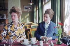 Knaller aus dem Familienalbum (QQ Vespa) Tags: family haircut hair familie kaffee ladys wife dame hairstyle badhair visite 1960 haare haarschnitt hochfrisur