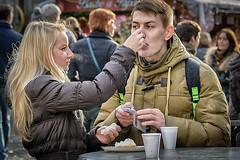 Et une bouchée pour ... (phil1496) Tags: portraits couple amour streetview complicité instantané compromis plaisirsdhiver