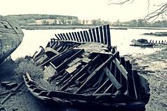 (Marc Le Port) Tags: blackandwhite boat blackwhite noiretblanc pentax bretagne rivire nb bateau morbihan noireetblanc paves golfedumorbihan lebono marcleport