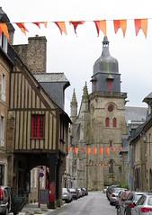 Fougres (1) (Silvia Inacio) Tags: fougres bretagne bretanha brittany france frana flag bandeira church igreja window janela