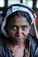 Tea gatherer, Nuwara Eliya (Sri Lanka) ([cation]) Tags: voyage travel viaje portrait woman smile collier island 50mm mujer nikon tea retrato femme explore plantation srilanka te sonrisa agriculture collar sourire isla thé île d300 cation gatherer cueilleuse