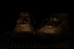 Und heute ist er schon 33. Jahre alt (Gnter Hentschel) Tags: schuhe kinderschuhe shoes kids braun deutschland germany germania alemania allemagne europa nrw hentschel guenter gnter euregio indoor nikon nikond3200 d3200 einfarbig schwarzerhintergrund