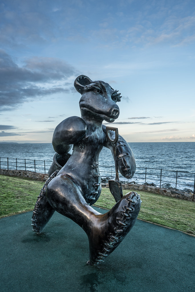 BEACH BEAR ON HIS WAY TO THE BEACH AT GREYSTONES [ARTIST- PATRICK O'REILLY]-122024
