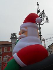 Babbo Natale gonfiabile e leone di San Marco, Rovigo (Pivari.com) Tags: rovigo leonedisanmarco babbonatalegonfiabile