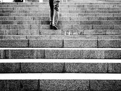 Subiendo escaleras... (Manu B 81) Tags: blanco negro bn bw wb escaleras blancoynegro stairs escalones peldaos piernas pantalones pantalon vaqueros jeans subir andar bilbo bilbao bizkaia basquecountry pasvasco ciudad city suelo airelibre explore success exito xito septiembre september legs calle street