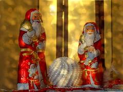 Frohe Weihnachten (hlh 1960) Tags: light red weihnachten licht colours bokeh dezember schokolade lichter farben lindt süsses glitzer weihnachtsmänner bonnoel meerychristmass