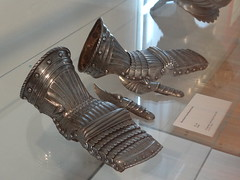ca. 1520-1530 - 'pair of gauntlets', Historisches Museum, Bamberg, Bayern, Germany (roelipilami) Tags: museum bayern bavaria pair bamberg franconia want armor historical franken armour mitten armatura maximilian armadura armure 1520 historisches 1530 1515 gauntlets guanto 1525 beieren manoplas 1535 darme hentze maximilienne rkawica guantelete panzerhandschuh riefelharnisch hentzen  gantelets wapenwant wapenhandschoen maximiliansharnisch  maixiliaans