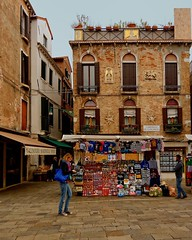 Venice : Campiello de l'Anconeta (Pantchoa) Tags: de nikon place faades tokina campo venise italie campiello photoderue vendeur vntie d7100 campiellodelanconeta lanconeta 120280f40 talagederue calzaturemarinellosport