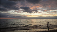 Sunset & a girl (:: Blende 22 ::) Tags: girl mauritius indian ocean indianocean sun sonne indischerozean insel island canoneos5dmarkii ef2470f28liiusm boat