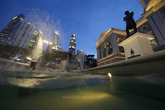 Raffles statue, Victoria Theatre and Concert Hall, Singapore (www.linyangchen.com) Tags: singapore victoriatheatre victoriaconcerthall fountain water underwaterphotography raffles cbd centralbusinessdistrict dusk sunset city
