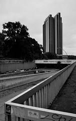 Das Congess Centrum Hamburg (Lichtabfall) Tags: hochhaus landschaft landscape blackwhite blackandwhite hamburg monochrome schwarzweiss cch congresscentrumhamburg gelnder handrail