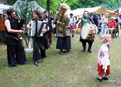 01-IMG_3159 (hemingwayfoto) Tags: abensberg brgerfest bayern dirndl instrument kleidung krone landkreiskelheim mann mittelalter musik musikinstrument niederbayern
