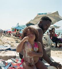 Playa Des Estes - Cuba (IV2K) Tags: havana habana la cuba cuban kuba playa playadelestes mamiya mamiya7 mamiya7ii 120 120film mediumformat beach father daughter sand