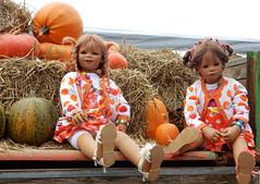 Tivi und Milina ... (Kindergartenkinder) Tags: dolls himstedt annette kindergartenkinder essen park gruga outdoor krbis herbst oktoberfest milina pflanze gemse tivi