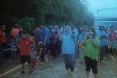 Village People (bayualamfoto) Tags: rescue film photography team flood ishootfilm portra masjid kuantan pahang catastrophe filem filmphotography temerloh wakaf filmcommunity believefilm kuantanku banjerosquad
