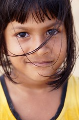 La fille du joueur de cricket sur la plage de Negombo 1 (luco*) Tags: portrait girl eyes child young yeux sri lanka enfant fille negombo yeune
