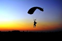 O ultimo salto do dia. (marcusviniciusdelimaoliveira) Tags: skydive paraquedas salto pouso pordosol entardecer cu silhueta