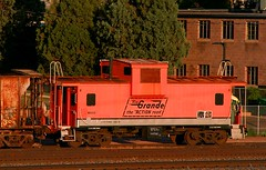 Grande Gold in Colorado Springs (Jeff Carlson_82) Tags: up yard colorado caboose co unionpacific goldenhour riogrande uprr drgw widevision shovingplatform 01513 internationalcarco