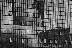 Flippant (mifranc91) Tags: d700 nikon28180 paris ladfense reflets btiment noiretblanc blackandwhite bw
