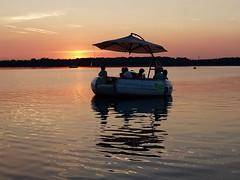 Partyboot mit Freunden im Sonnenuntergang (ingrid eulenfan) Tags: leipzig cospudenersee see boot partyboot grillen sonnenuntergang sunset abendrot