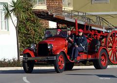Bombeiros Voluntários da Figueira da Foz (verridário) Tags: bombeiros rua fireman pompiere figueiradafoz portugal antigo carro sony zeiss pompier street people red veiculo car