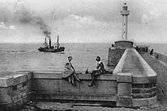 DIEPPE (F-76) : La jete . Chalutier, retour de pche (xavnco2) Tags: old lighthouse france vintage faro boat fishing postcard normandie dieppe bateau normandy phare cartolina jete ancienne pche cartepostale cpa