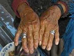 Indigena, Haende (bayernphoto) Tags: ruta del america de cuy ecuador hut sur local markt poncho indio vulkan indigen anden indigena hochland suedamerika authentisch losvolcanes eingeborene einheimischer