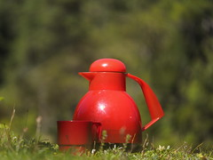 Rote Thermoskanne drauen in den Bergen - Red Thermos Bottle Outdoor Mountainside (hn.) Tags: alpen alps berge bottle copyright copyrighted cup europa europe feld field flask grassland heiconeumeyer isolierflasche kanne karwendel meadow mountains mountainside pasture plasticcup rojo rosso rot rouge thermos thermosbottle thermosjug thermoskanne tirol tyrol wiese sterreich kleinerahornboden