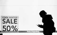 Shadows in Hamburg (Fotograf aus Passion.) Tags: street light shadow white black alex night germany deutschland licht europa europe fuji shadows nacht hamburg fujifilm alexander schatten schwarz weis alpha4 xt1 harbich strasenfotografie xf23mm wwwalexharbichcom