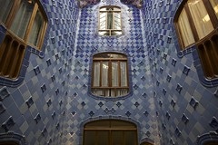 Casa Batll, Barcelona (Francisco Arago) Tags: barcelona windows espaa building monument horizontal arquitetura architecture reflections cores design daylight spain artwork espanha europa europe colours monumento interior capital indoor dia symmetry gaud inside prdio fotografia formas paredes janelas fotografo azulejos antonigaudi catalunha cidadehistorica achitectural claraboia ceramicas obradearte pontoturistico uniaoeuropeia luzdodia casabatllo atraoturistica velhomundo cidadeturistica canon5dmarkii velhocontinente franciscoaragao canonlens1635mm capitalinternacional