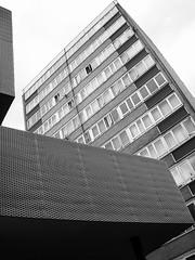 Mullen Tower (Gary Kinsman) Tags: mullentower laystallstreet clerkenwell 2007 london wc1 tower highrise towerblock councilestate socialhousing concrete modernism modernist lookingup bw blackwhite