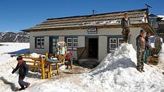 Trekking (Rolfmundi) Tags: lamjura pass schnee nepal rucksack tisch stuhl bank stcke