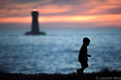 _D816975 : porspokid (Brestitude) Tags: phare lighthouse four porspoder enfant children silhouette kid sunset coucher soleil finistère été summer bretagne brittany breizh mer sea iroise brestitude ©laurentnevo2016