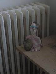 Buste  survivre ou le siffleur de pierre et de bois aussi [2016-05-27] (Adieu Maldone) Tags: buste argile radiateur planche table trteaux bandeau corch pierre bois siffleur