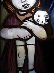 Die Puppe. / 15.10.2016 (ben.kaden) Tags: eisenhttenstadt dokumentationszentrumalltagskulturderddr erichweinertallee walterwomacka glasmalerei stainedglass ausdemlebenderkinder puppe hnde 1955 kunstderddr kunstambau 2016 15102016