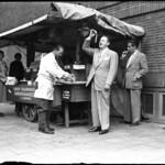 06-14-1949_06244 Leo Fuld eet een haring thumbnail
