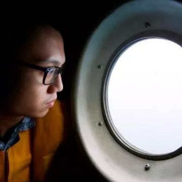 AIRASIA PLANE #QZ8501 :  PILOT DESCRIBES SEEING VICTIM HOLDING HANDS IN WATER