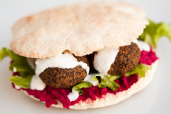Falafel Burger (dive-angel (Karin)) Tags: food yummy burger 100mm falafel beetroot hummus randen eos5dmarkii beetroothummus rot