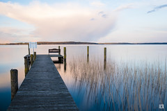 (lotl.axo) Tags: deutschland landschaft steg see wasser quetzin spiegelungen mecklenburgischeseenplatte natur pflanzen mecklenburgvorpommern plauersee reisefotografie langzeitbelichtung wolken schilf bootsanleger germany clouds lake landscape longexposure nature plants reed reflections travelphotography water
