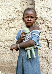 Mali, Djenn #3 (foto_morgana) Tags: africa portrait people girl childhood youth child puppet outdoor character young jeunesse afrika mali portret nikoncoolscan analogphotography jong djenne afrique lightroom jeugd jeune juventud persoonlijkheid karakter analogefotografie vuescan nomodelrelease caractre kroeshaar travelexperience afrotexturedhair photographieanalogue editorialonly