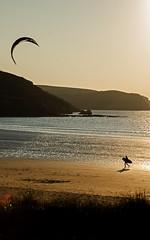 kitesurf en Presqu'ile de Crozon (nolyaphotographies) Tags: crozon goulien finistere bretagne france sport mer plage night nuit soir nikon gold fly surf sky