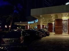Walking towards the Sheraton Waikiki Hotel (Victor Wong (sfe-co2)) Tags: outdoor waikiki honolulu hawaii usa guest area lowlight samsung galaxy s4 sheraton hotel lobby front carpark car